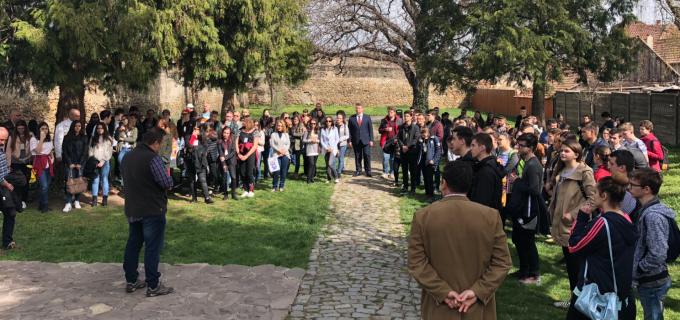 """200 de elevi și 34 de cadre de didactice au participat la o """"Întâlnire cu istoria Sebeșului, în anul centenar"""""""